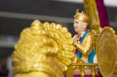 Divine darshan of Jeevanpran Shree Abji Bapashree seated on the magnificent golden chariot