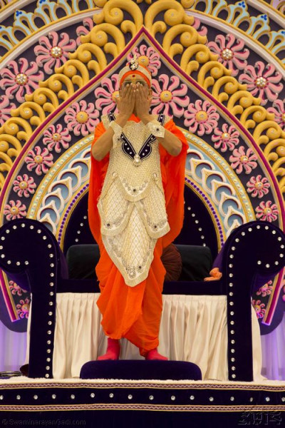 Divine darshan of His Divine Holiness Acharya Swamishree showers His divine love on all