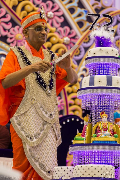 His Divine Holiness Acahrya Swamishree cuts the top celebration cake