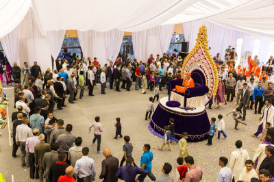 The view of the entire raas as disciples encircle His Divine Holiness Acharya Swamishree
