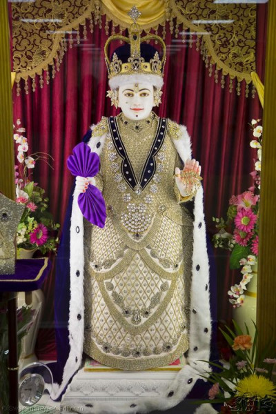 Divine darshan of Lord Shree Swaminaryan adorning a King's dress and a British Monarch's crown