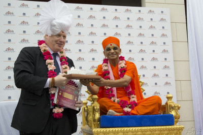 His Diivne Holiness Acharya Swamishree presents a brilliant white detailed 3D model of the new Shree Swaminarayan Mandir Kingsbury to the Mayor of London