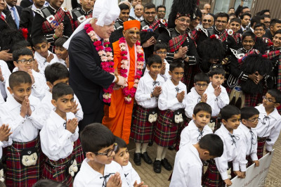 His Divine Holiness Acharya Swamishree and the Mayor of London Boris Johnson with members of Shree Muktajeevan Pipe Band cadets