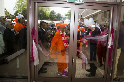 His Divine Holiness Acharya Swamishree and the Mayor of London Boris Johnson cut the ribbon outside the main entrance of Shree Purushottam Mahal