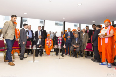 His Divine Holiness Acharya Swamishree, the Mayor of London Boris Johnson and guests watch a short video depicting the diverse and charitable activities of Shree Swaminarayan Gadi Sansthan