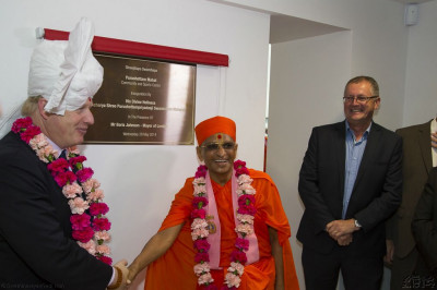 His Divine Holiness Acharya Swamishree officially unveils the official plaque in the presence of the Mayor of London Boris Johnson