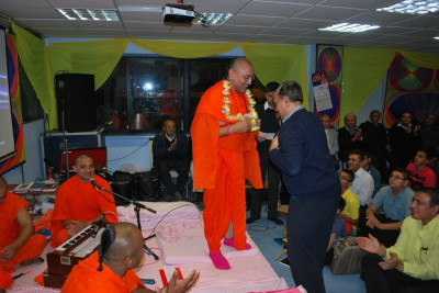 Disciples welcome Sadguru Shree Munibhushandasji Swami to London by offering a garland of fresh fragrant flowers