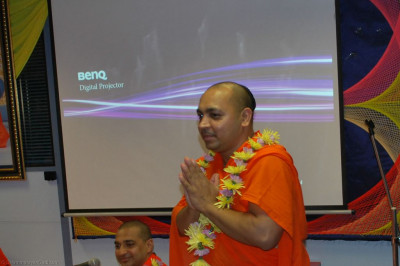 Disciples welcome Sant Shiromani Shree Paramswaroopdasji Swami to London by offering a garland of fresh fragrant flowers
