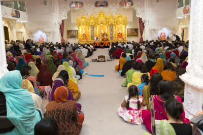 The gathered assembly listen attentively to the divine blessings of Jeevanpran Shree Muktajeevan Swamibapa
