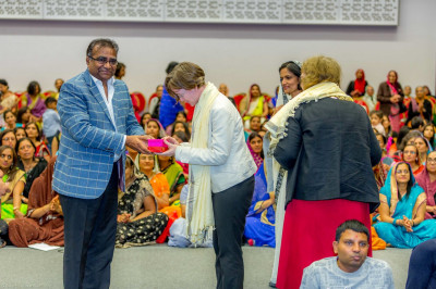 Disciples present prasad shawls and momentos to the honoured guests