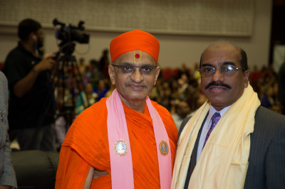 His Divine Holiness Acharya Swamishree blesses the Deputy Mayor of Brent, Councillor Parvez Ahmed
