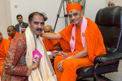 Acharya Swamishree gives His divine blessings to Amit Thakkar