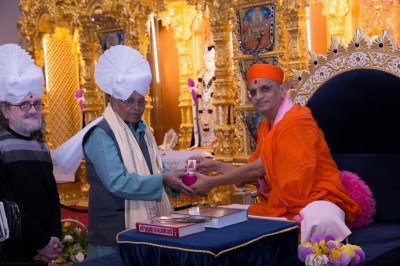 His Divine Holiness Acharya Swamishree presents paag and momentos to honoured guests