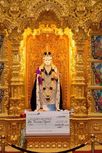 Divine darshan of Lord Shree Swaminrayan adorned in majestic robes