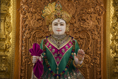 Divine darshan of Lord Shree Swaminarayan adorned in magenta and bright green