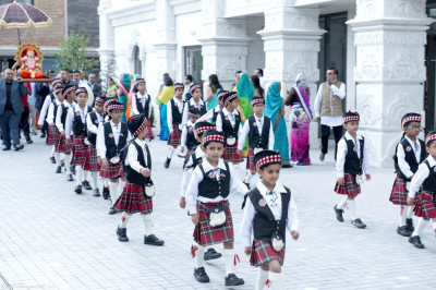 The cadets of Shree Muktajeevan Pipe Band London march together leading Gurudev Jeevanpran Shree Muktajeevan Swamibapa into Shree Swaminarayan Mandir Kingsbury