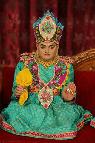 Divine darshan of Jeevanpran Shree Abji Bapashree seated on the hindola