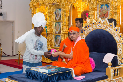 His Divine Holiness Acharya Swamishree presents momentos to a member of the Kenyan International cricket team