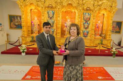 Dr. Mahesh Varsani presents various gifts to the Mayor of Brent Lesley Jones