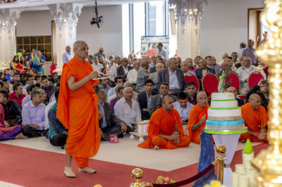 His Divine Holiness Acharya Swamishree performs aarti after the magnificent annakut is revealed