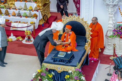 His Divine Holiness Acharya Swamishree blesses MP Barry Gardner