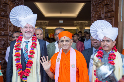 His Divine Holiness Acharya Swamishree blesses all with honoured guests