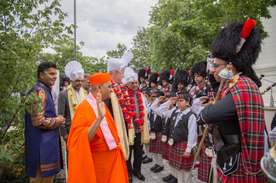 His Divine Holiness Acharya Swamishree blesses Shree Muktajeevan Pipe Band as they perform