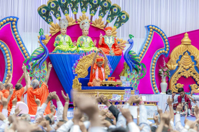 All recite the divine name of the Lord at the start of His Divine Holiness Acharya Swamishree's divine blessings
