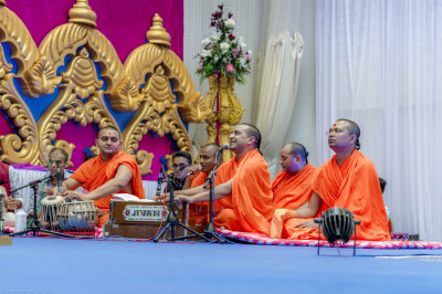 Sants perform devotional songs during the divine blessings of Acharya Swamishree
