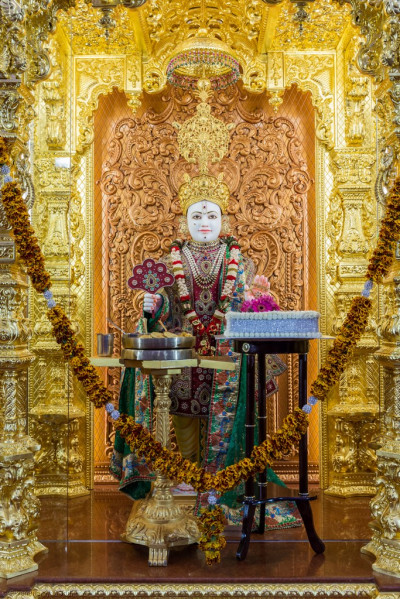 Divine darshan of Lord Shree Swaminarayan with the 108th anniversary celebration cake