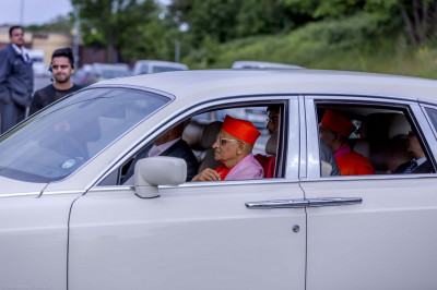 His Divine Holiness Acharya Swamishree aand Sants arrive at Shree Swaminarayan Mandir Kingsbury to the delight of all.