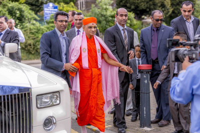 Disciples escort Acharya Swamishree to the golden chariot