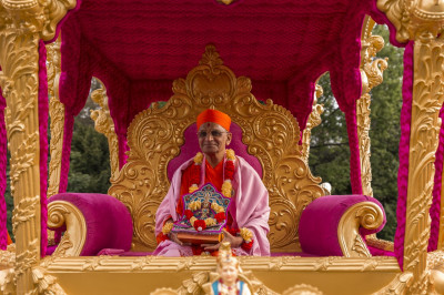 Divine darshan of Acharya Swamishree seated in the magnificent golden chariot