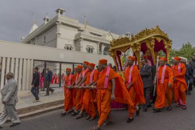 Sants pull the magnficent golden chariot into the mandir grounds