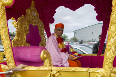 Divine darshan of His Divine Holiness Acharya Swamishree seated in the magnificent golden chariot