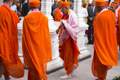 His Divine Holiness Acharya Swamishree encircles the marble umbrella housing the divine lotus feet of Lord Shree Swaminarayan