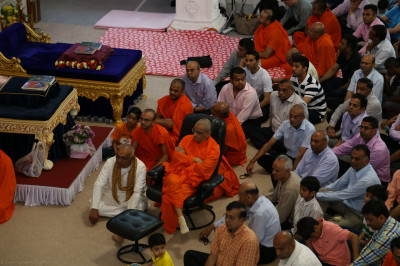 His Divine Holiness Acharya Swamishree, Sants and hundreds of disciples at the special tribute evening