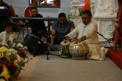 A disciple performs a complex tabla solo piece