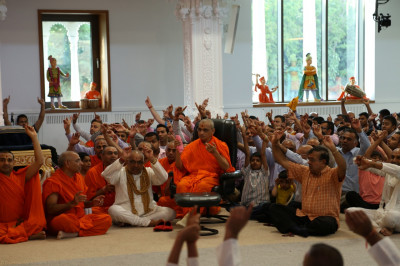 All hail the name of supreme Lord Shree Swaminarayanbapa Swamibapa as the evening tribute concludes