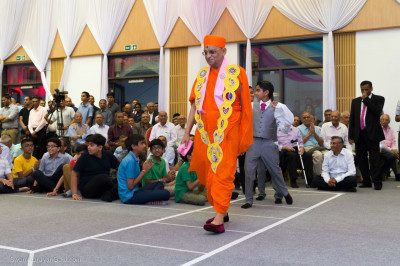 Acharya Swamishree Maharaj takes part in a performance with young disciples to the kirtan 'Rel Gadi Aavi, Rel Gadi Aavi'