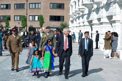 Young disciples escort honoured guests into Shree Swaminarayan Mandir Kingsbury