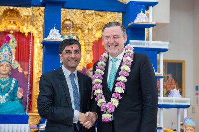 Dr. Mahesh Varsani - trustee of Shree Swaminarayan Mandir Kingsbury garlands MP of Brent North - Barry Gardiner