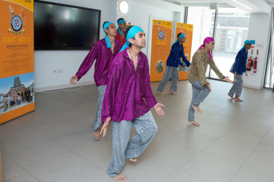 Young disciples perform a patriotic dance potraying unity between India and the UK