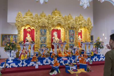 Aarti is offered to Lord Shree Swaminarayan, Jeevanpran Shree Abji Bapashree and Jeevanpran Shree Muktajeevan Swamibapa