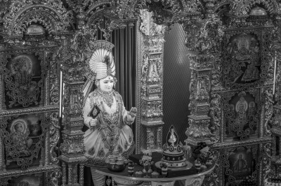 Divine darshan of Lord Shree Swaminarayan dining on cake and various desserts