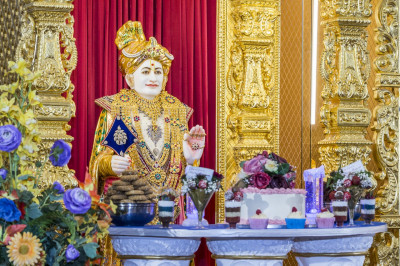 Divine darshan of Jeevanpran Shree Abji Bapashree dining on cake and various desserts