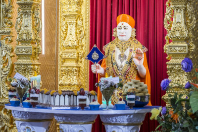 Divine darshan of Jeevanpran Shree Muktajeevan Swamibapa dining on cake and various desserts
