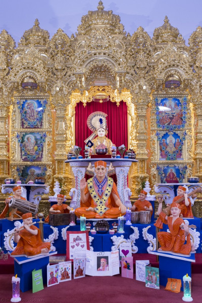 Divine darshan of Lord Shree Swaminarayan and His Divine Holiness Acharya Swamishree