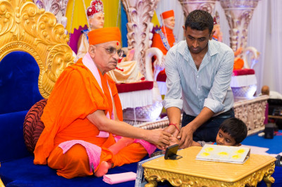 His Divine Holiness Acharya Swamishree blesses disciples who have sponsored the scripture recitals