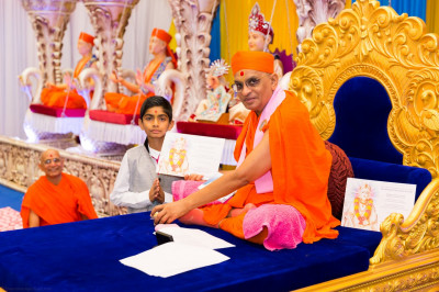 His Divine Holiness Acharya Swamishree blesses disciples who have passed Sanskar Deepika Part 1 exam